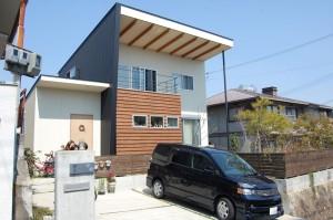 庇屋根のある家